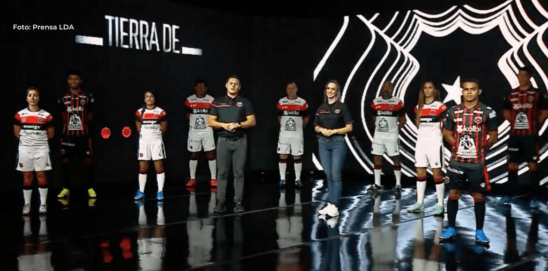 Liga Deportiva Alajuelense presentó esta noche su nueva indumentaria