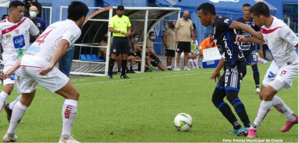 Grecia volvió a zona de clasificación tras vencer sobre la hora al Santos